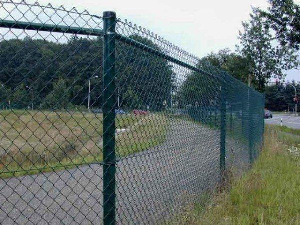 Забор из металлической сетки.