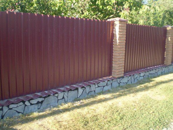 Забор из профнастила можно считать вечным, разве что внешний вид со временем изменится