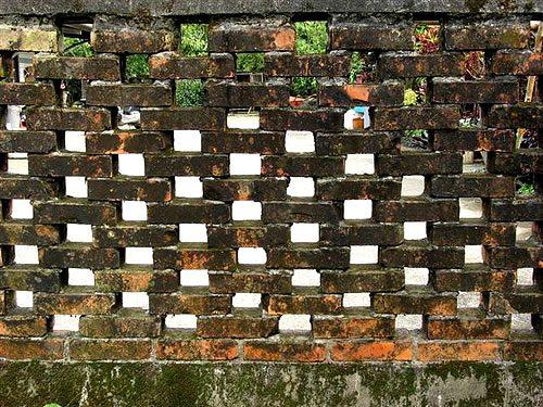 Забор каменный, дышащий, ну и кто скажет, что камень не дышит?