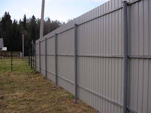 Забор на фото имеет высоту 2,5 метра и, соответственно, три лаги