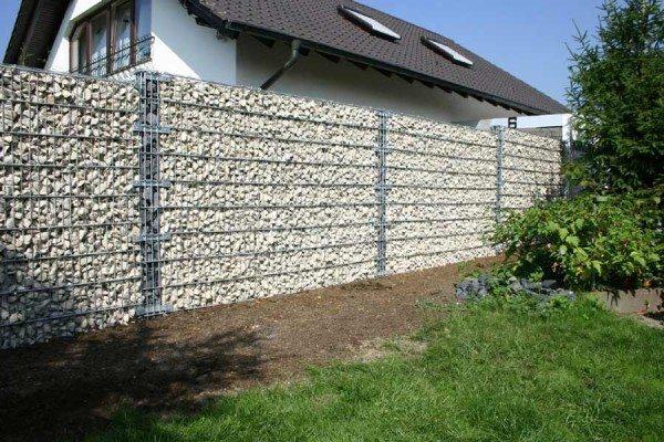Заборы из габионов отлично подходят для загородных домов.