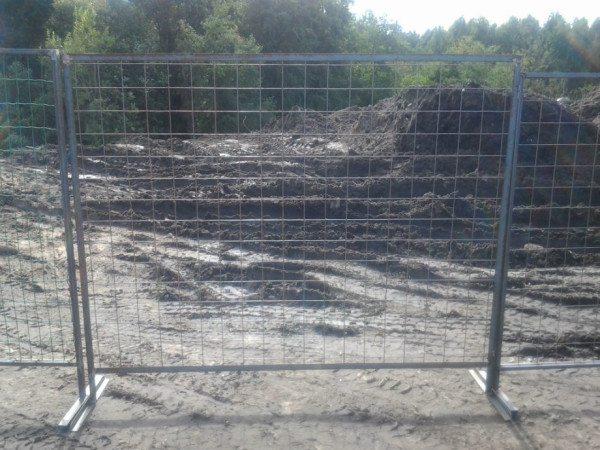 Заграждение из сваренных стальных прутьев достаточно эффективно и используется повсеместно.