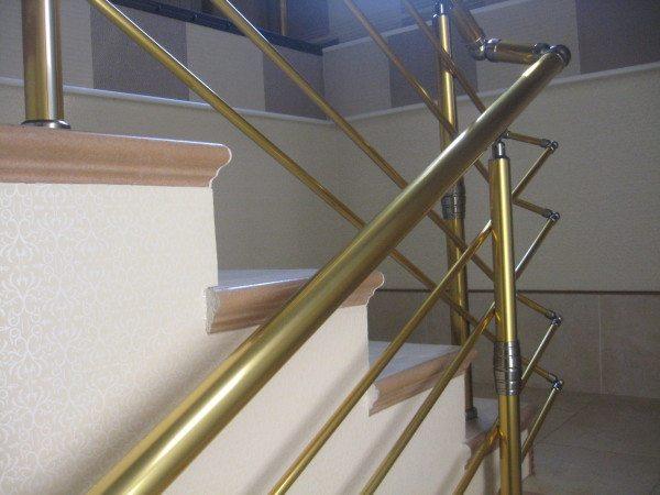 Золотые поручни прекрасно вписываются в интерьер и сочетаются с кремовым оттенком